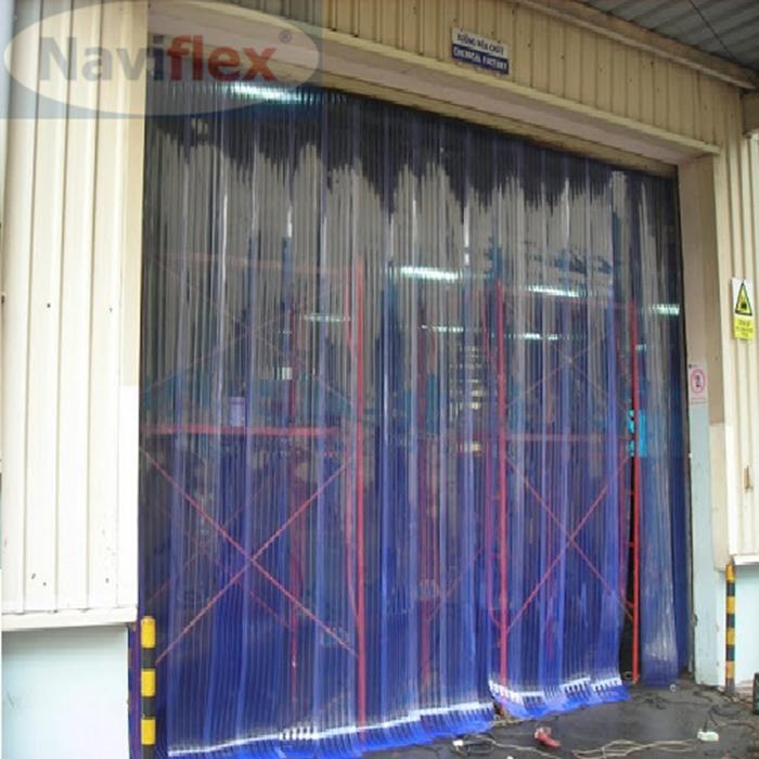 Màn (rèm) nhựa PV xanh nước biển dùng làm màn (rèm) treo tại kho, xưởng