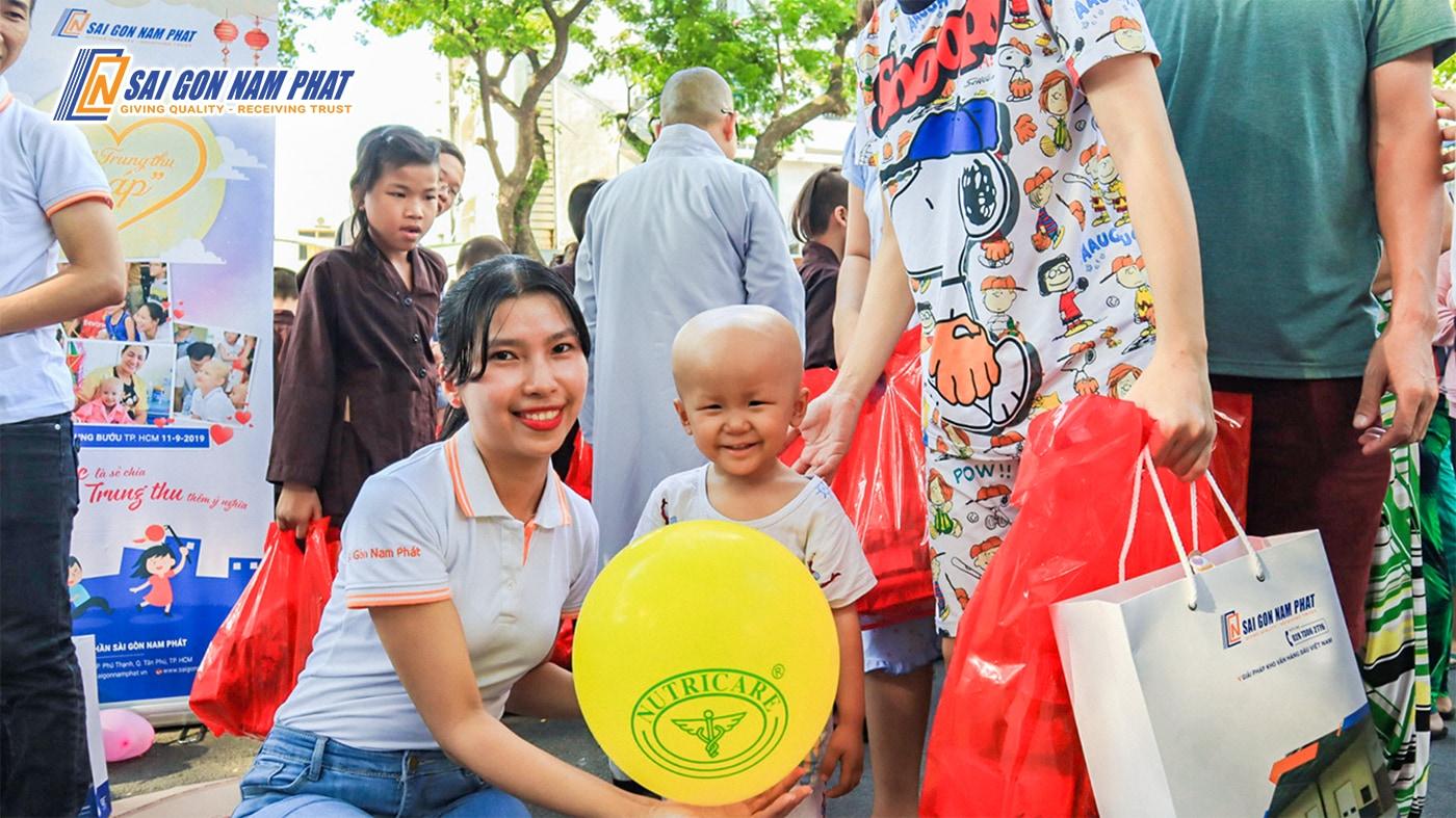 Niềm hạnh phúc trên gương mặt các bé khiến ai cũng ấm lòng