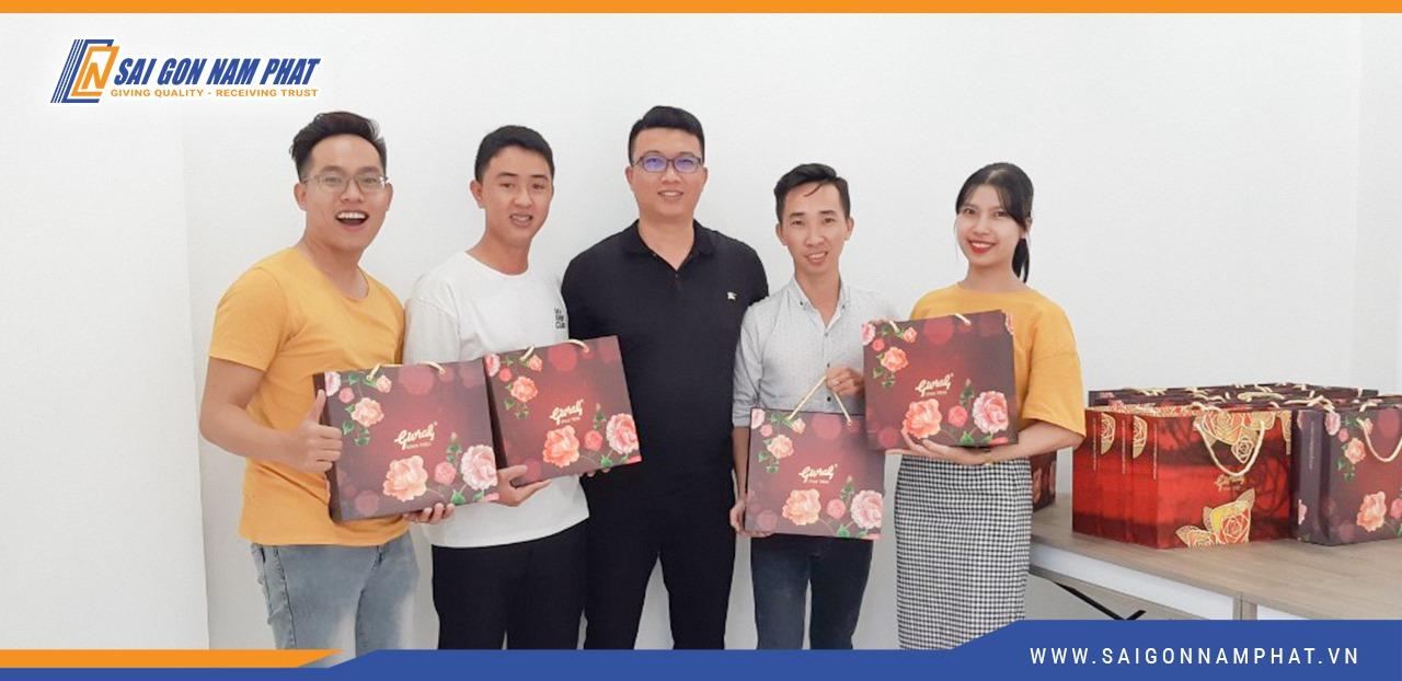 Ban giám đốc chụp hình cùng phòng Marketing Sài Gòn Nam Phát