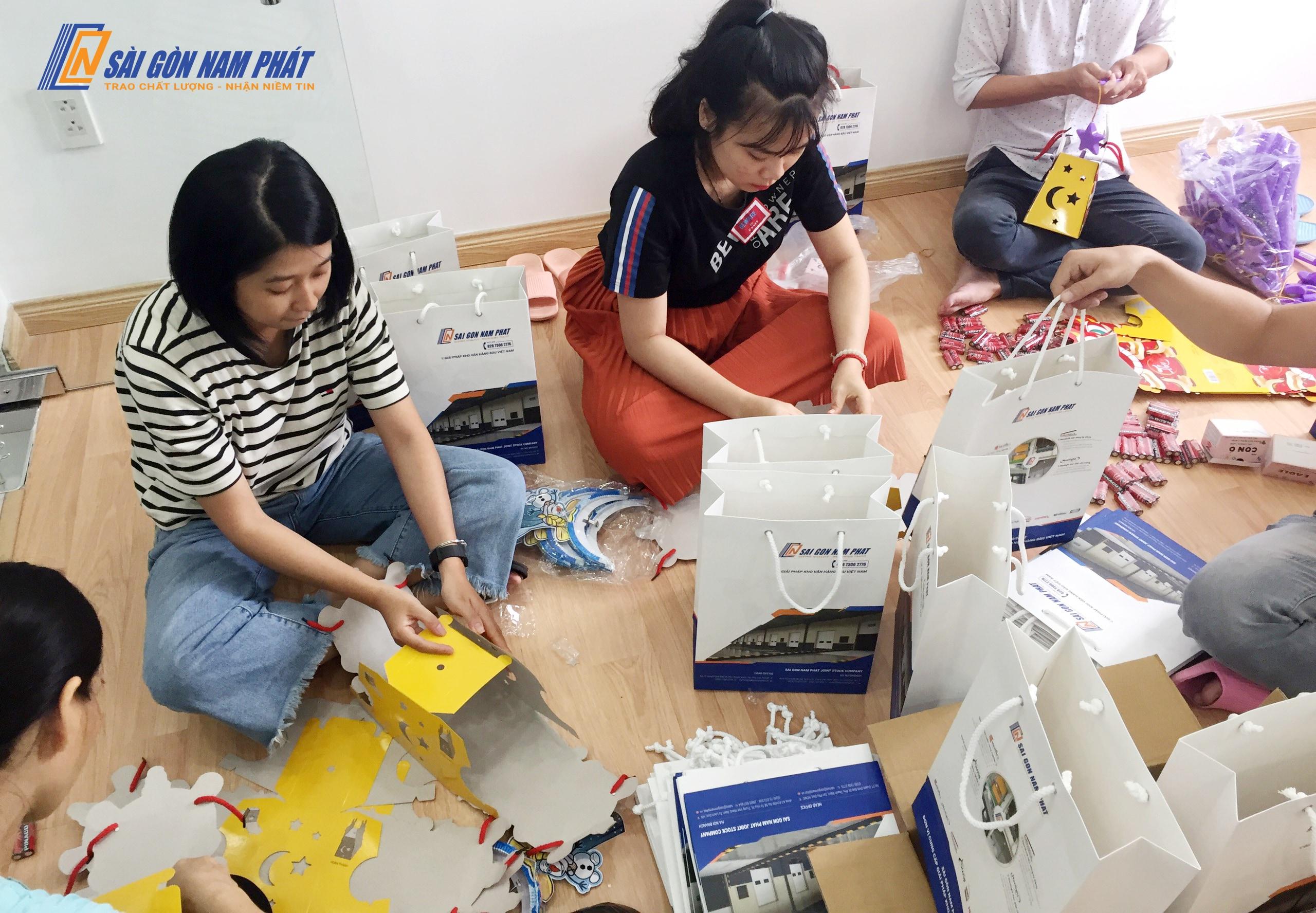 Các thành viên làm việc rất hăng say để hoàn thành những phần quà nhanh chóng nhất