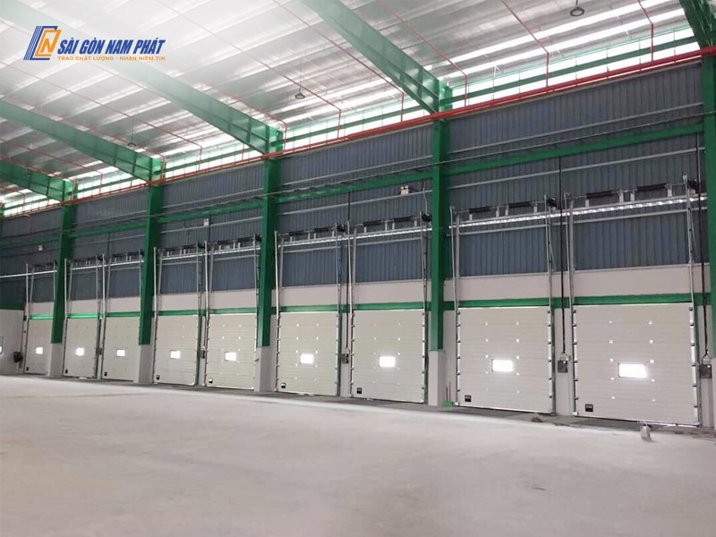 Cửa trượt trần công nghiệp được ứng dụng ở khu vực xuất nhập hàng